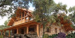 Casa entre encinas: Casas de estilo rústico de Manuel Monroy, arquitecto