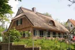 Fassde zur Straßenseite: moderne Häuser von Architektur- und Innenarchitekturbüro Bernd Lietzke