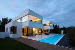 Casas de estilo moderno por HI-MACS®