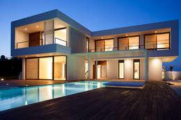 Case in stile in stile Moderno di dom arquitectura