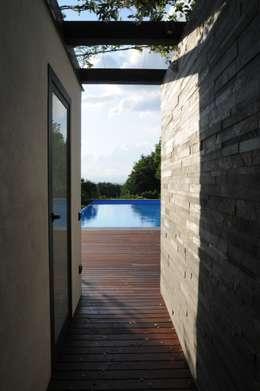 Villa Privata con piscina: Terrazza in stile  di Arch. Donato Panarese