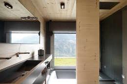skandinavische Badezimmer von Coblonal Arquitectura