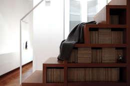 Pasillos, vestíbulos y escaleras  de estilo  por écru architetti