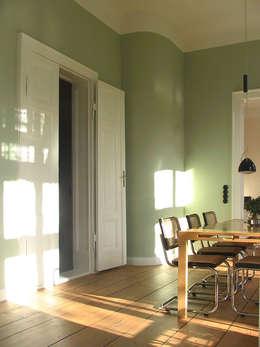 Helle hohe Räume im Piano Nobile - Eichendielen, kassettierte Flügeltüren und kräftige Farben erzeugen hier die Atmosphäre.: klassische Esszimmer von CG VOGEL ARCHITEKTEN