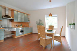 Landhausküche -NACHHER- : rustikale Küche von WELLHAUSEN Immobilien Styling