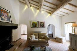 Salones de estilo moderno de Arcostudios