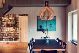Seehaus: moderne Wohnzimmer von Heike Gebhard Wohnen