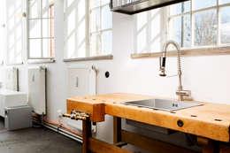 Bureaux de style  par BESPOKE GmbH // Interior Design & Production