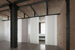 Wabenpaneel-Schiebetür WP00: moderne Fenster & Tür von KUHN GmbH