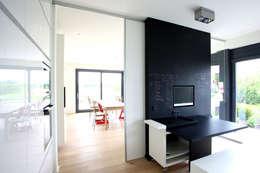 Projekty, nowoczesne Okna i drzwi zaprojektowane przez KUHN GmbH