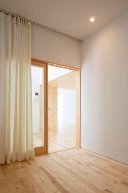 春光の家: 一色玲児 建築設計事務所 / ISSHIKI REIJI ARCHITECTSが手掛けた寝室です。