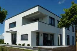 Mehrfamilienhaus | M: moderne Häuser von Architekturbüro HOFFMANN