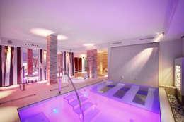 Hotel Parigi2: Spa in stile in stile Moderno di Studio D73