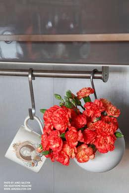مطبخ ذو قطع مدمجة تنفيذ Cassidy Hughes Interior Design