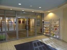 Eingangshalle Vorher - Nachher:  Flur & Diele von INTERIORDESIGN - Jedes Geschäft braucht ein Gesicht. Jede Wohnung eine Seele