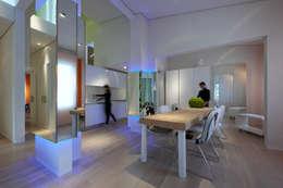 Casa Micheli: Sala da pranzo in stile in stile Moderno di Simone Micheli Architectural Hero