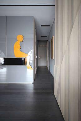 Uno Sguardo (In)discreto : Ingresso & Corridoio in stile  di Marcante-Testa