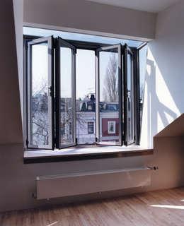 Gaube von Innen: skandinavische Fenster & Tür von and8 Architekten Aisslinger + Bracht