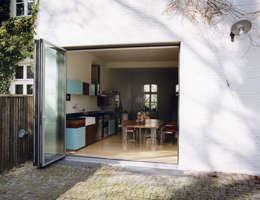 Küche im Altbau:  Terrasse von and8 Architekten Aisslinger + Bracht
