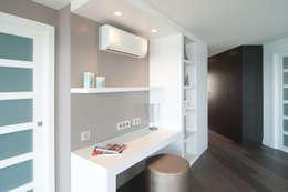 Ingresso, Corridoio & Scale in stile in stile Mediterraneo di Blank Interiors