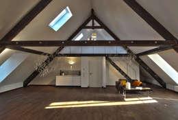 Dachloft: moderne Wohnzimmer von Lichters Living