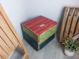 kleiner Hocker aus altem Holz: landhausstil Wohnzimmer von Livinxsten