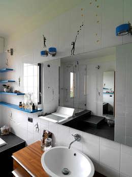 bagno: Bagno in stile in stile Moderno di enzoferrara architetti