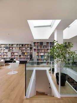 Scala: Ingresso & Corridoio in stile  di enzoferrara architetti