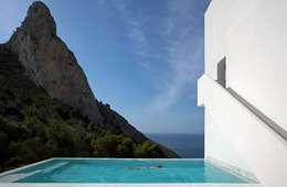 Piscinas de estilo minimalista por FRAN SILVESTRE ARQUITECTOS
