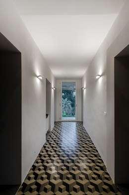 Corridor & hallway by Massimo Fiorido Associati