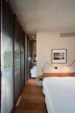 Camera da letto in stile in stile Moderno di Calzoni architetti