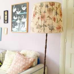 Vintage staande lamp: rustieke & brocante Woonkamer door Thuisinstyling