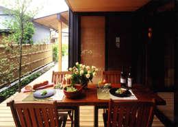 坪庭で外飯(ソトメシ)で楽しむ: T設計室一級建築士事務所/tsekkeiが手掛けた庭です。