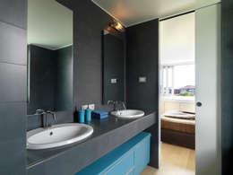Baños de estilo moderno por enzoferrara architetti