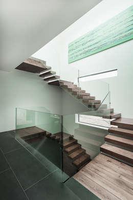 Couloir et hall d'entrée de style  par AR Design Studio