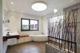 Ванные комнаты в . Автор – LUXHAUS Vertrieb GmbH & Co. KG