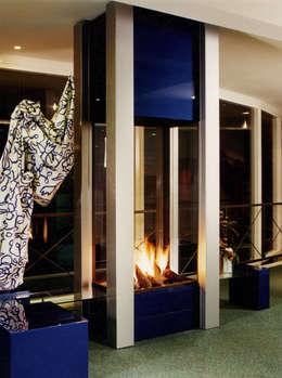 cheminée centrale: Salon de style de style Moderne par Bloch Design