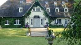 Projekty, klasyczne Domy zaprojektowane przez THORA TOWN & COUNTRY