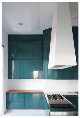 Penthouse bioclimatica  a forma di cappello. : Cucina in stile in stile Eclettico di Garbadellarchitetti
