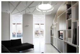 Penthouse bioclimatica  a forma di cappello. : Soggiorno in stile in stile Eclettico di Garbadellarchitetti