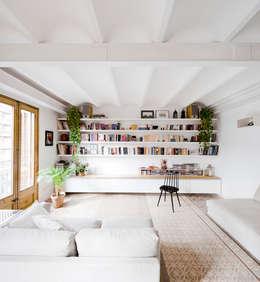 Salon Reforma Urgell: Salones de estilo  de Anna & Eugeni Bach