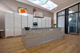 1-Einfamilienhaus: moderne Küche von vollmilch. Das Architekturbüro.