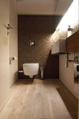Showroom Orco Germany: industriale Badezimmer von  büro für interior design