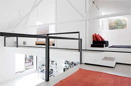 4 amici | 4 lofts: Camera da letto in stile in stile Industriale di roberto murgia architetto