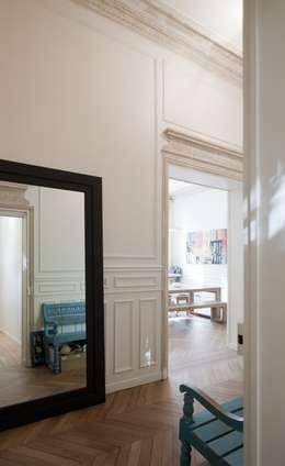 Appartement Luxembourg. Entrée: Couloir et hall d'entrée de style  par FELD Architecture