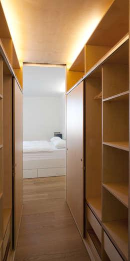 Cabina armadio: Spogliatoio in stile  di Giorgio Pettenò Architetti
