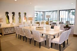 Residencia Beira mar: Salas de jantar tropicais por Renato Teles Arquitetura