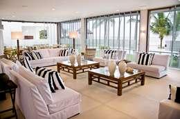 Residencia Beira mar: Salas de estar tropicais por Renato Teles Arquitetura