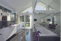 Ванные комнаты в . Автор – DAVINCI HAUS GmbH & Co. KG