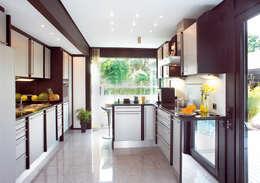 Modernes Holzhaus in Hannover: moderne Küche von DAVINCI HAUS GmbH & Co. KG